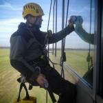 praca na wysokościach przy myciu okien i elewacji szklanych