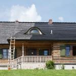 w trakcie malowania dachu technikami alpinistycznymi