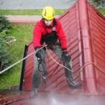 ciśnieniowe mycie dachów, wykorzystanie technik linowych w pracach wysokościowych pozwala na sprawne czyszczenie dachów