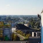 przygotowywanie ściany przed malowaniem natryskowym, prace wysokościowe łódź ec3, widok na Łodź podczas wysokościowego malowania ścian, na budynku EC3