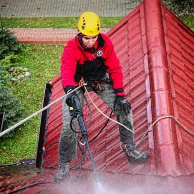 przygotowanie dachu do impregnacji; Rafał myje dach myjką ciśnieniową