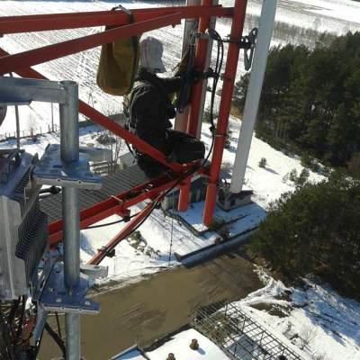 alpinista wykonuje usuwanie awarii i poprawki na wieży przekaźnikowej