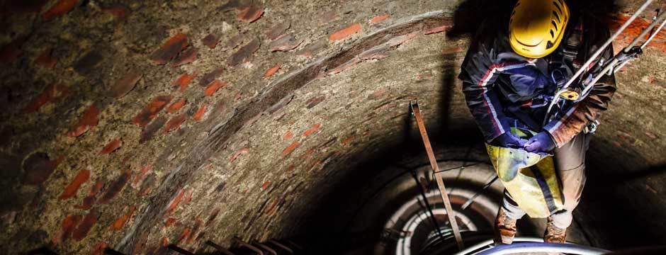 Zjazd do wnętrza komina, prace wysokościowe we wnętrzu komina, montaż dróg kablowych do oświetlenia przeszkodowego.