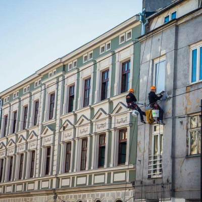 usługi alpinistyczne- naprawa elewacji, zbijanie odspojonych tynków tynkowanie