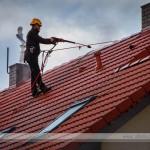 podczas pracy, czyszczenie i mycie ciśnieniowe dachów, wykorzystanie technik prac wysokościowych pozwala na bezpieczne wykonanie usługi mycia dachu