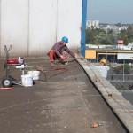 w pracy, alpinista z pomocnikiem malują ściany na wysokościach
