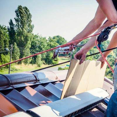 w trakcie natryskowego, hydrodynamicznego malowania dachu