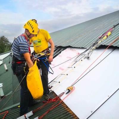 remont dachów, wymiana i montaż świetlików poliwęglanowych, na hali sportowej przy użyciu technik alpinistycznych stosowanych w pracach wysokościowych