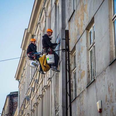 odspojone tynki stanowią zagrożenie dla przechodniów, najszybszy sposób zabezpieczenia prowadzone zabezpieczające elewacje prace wysokościowe